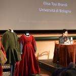 Relatrice - Elisa Tosi Brandi; sulla sinistra la postazione dedicata all'abbigliamento