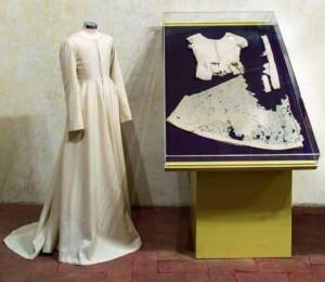 A sinistra: ricostruzione di Thessy Schoenholzer Nichols; a destra la veste originale della Beata Andreasi