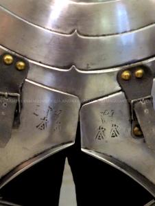 Marchi sulle scarselle dell'armatura attribuita a Roberto da Sanseverino (1485 c.)